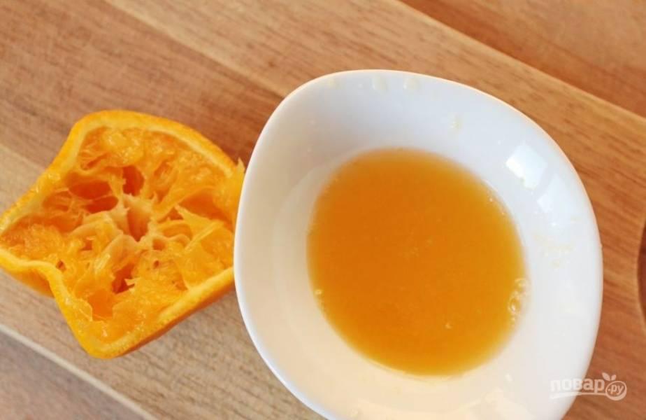 Апельсины вымойте и выжмите из них сок. Удобнее всего это делать при помощи цитрус-пресса. Но можно обойтись и обычной ложкой или ручным приспособлением.