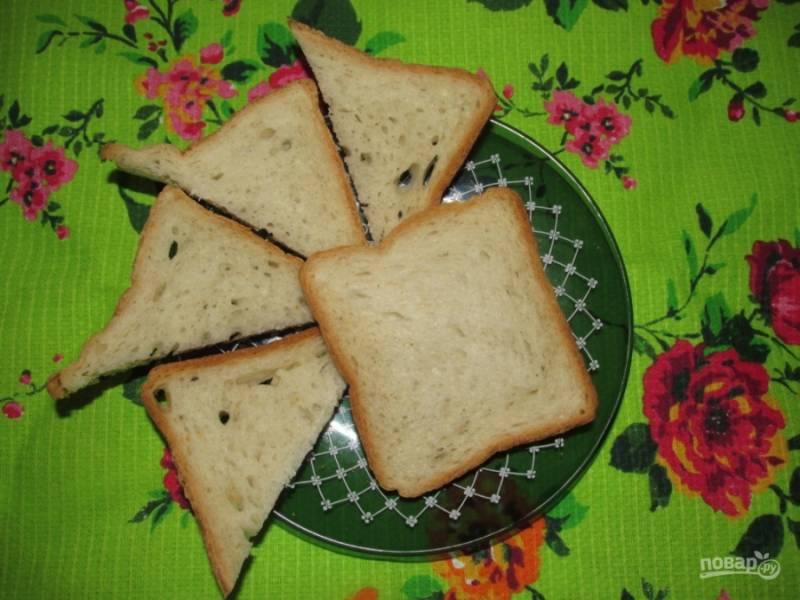6. Берем хлеб и разрезаем его на половинки по диагонали. Получатся вот такие треугольные кусочки.