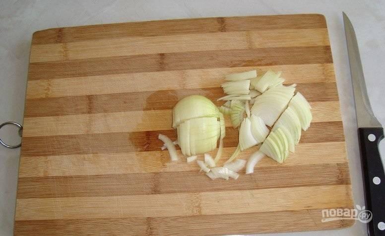 9. Параллельно очистите и нарежьте тонкими полукольцами лук.