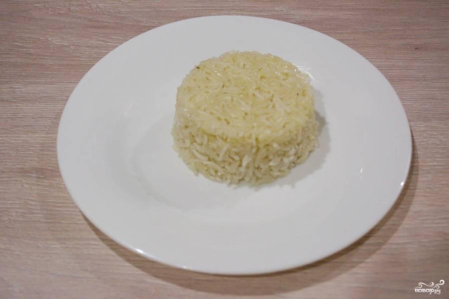На плоское блюдо перенесите форму с рисом, переверните ее. Извлеките формочку. На блюде останется подобная пасочка из риса.