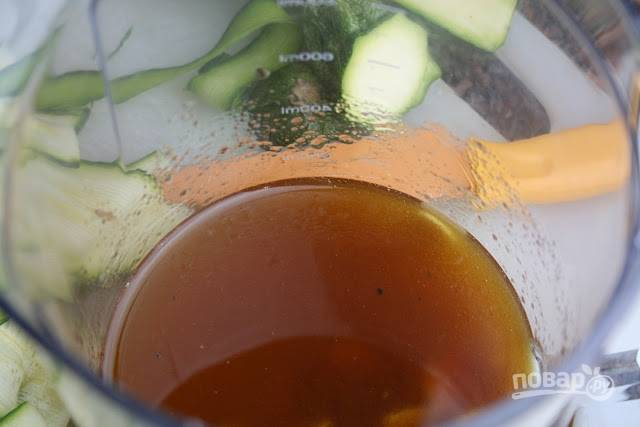 3. В отдельной емкости соедините пропущенный через пресс чеснок, масло и уксус. Добавьте соль, перец, измельченную зелень по вкусу. Выкладывайте жареные цукини в полученный маринад на 1-3 минуты.