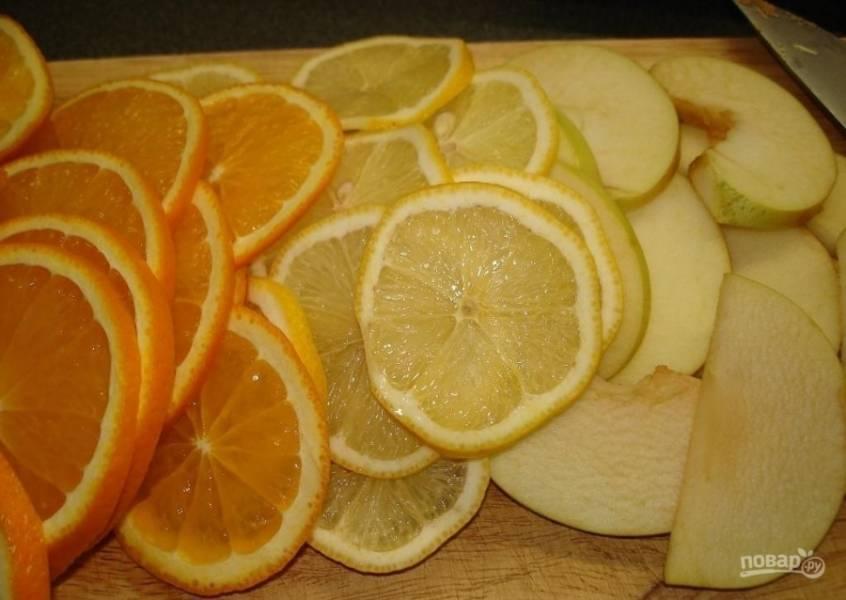 1.Поскольку все фрукты использую вместе с кожурой, то очень хорошо мою их в проточной воде, а затем обдаю кипятком. Яблоко нарезаю на дольки и вычищаю семечки, а лимон и апельсин нарезаю кружочками.