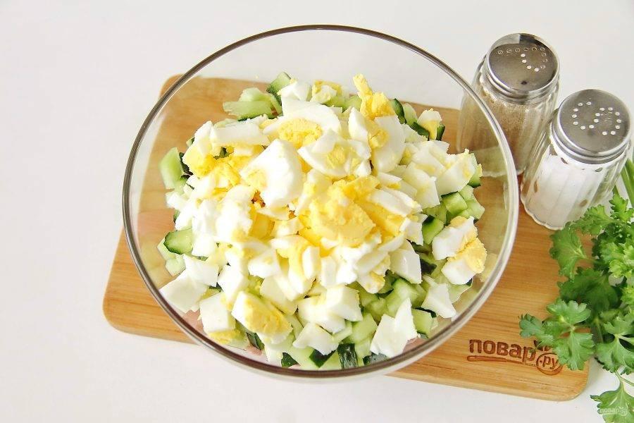 Яйца очистите и измельчите ножом.