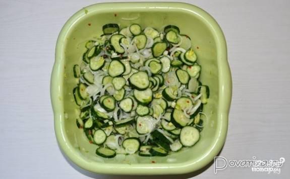 Выложите все овощи в одну емкость, добавьте соль, сахарный песок, уксус и масло, после чего тщательно перемешайте. В таком виде салат должен хорошо пустить сок и настаиваться от 5 до 7 часов. В это время нужно не забыть несколько раз его хорошо перемешать.