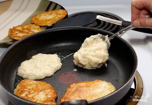 7. Выкладывайте тесто ложкой на сковороду и жарьте оладьи до румяности с двух сторон на среднем огне. После выложите их на бумажное полотенце, чтобы убрать излишки масла, и можно подавать к столу.