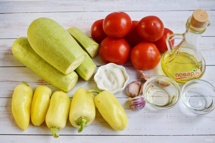 Подготовьте необходимые продукты. Овощи вымойте, чеснок очистите, у перца удалите плодоножку и семена.