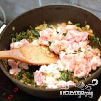 3.Приготовим  начинку. Промываем холодной водой шпинат и салфеткой или полотенцем обсушиваем. У листьев шпината удаляем черешки. Рубим листья на ширину 1-2 сантиметра. Нарезаем мелко лук. Кубиками примерно 1х1 сантиметров нарезаем куриное филе. На сковороде обжариваем лук.  Шпинат добавляем к луку, помешиваем. Готовим, пока листья не станут мягкими. Сюда добавляем филе курицы, быстро обжариваем.  Добавляем соль и мускатный орех в начинку, перемешиваем.