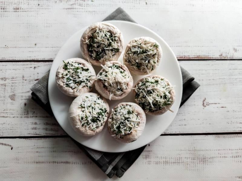 Нафаршируйте грибы подготовленной начинкой.