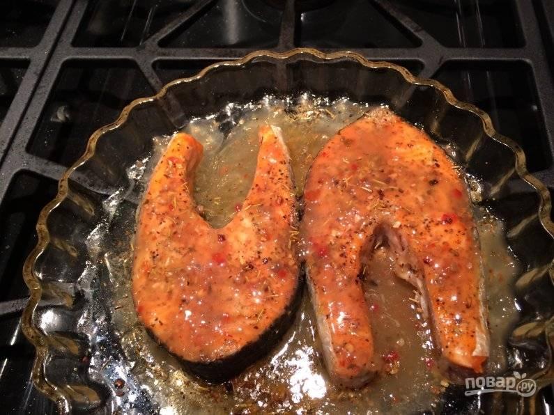 Масло, уксус и сахар смешайте, залейте этим соусом рыбку.