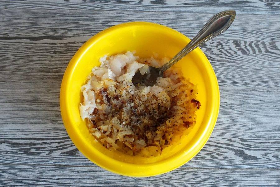 Соедините филе рыбы с луком. Посолите, добавьте черный перец. Начинка готова.