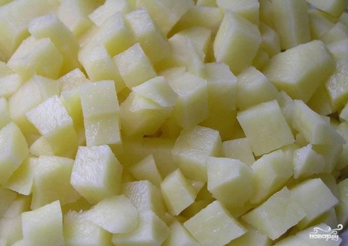 Картофель почистите, помойте, нарежьте кубиками. Добавьте его в бульон, ещё раз всё прокипятите.
