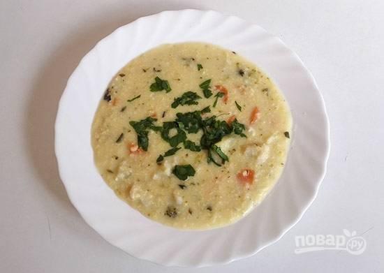 3.Взбейте отдельно куриный желток и сметану, добавьте эту смесь после того, как пшено уж сварилось, затем поперчите и посолите. Подавайте суп с рубленой зеленью.