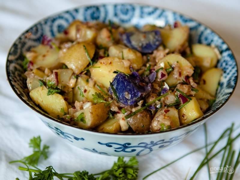 Теперь для заправки смешайте оливковое масло, горчицу, измельченный чеснок, всю зелень и соль с перцем. Влейте заправку к картошке и перемешайте. Все готово!