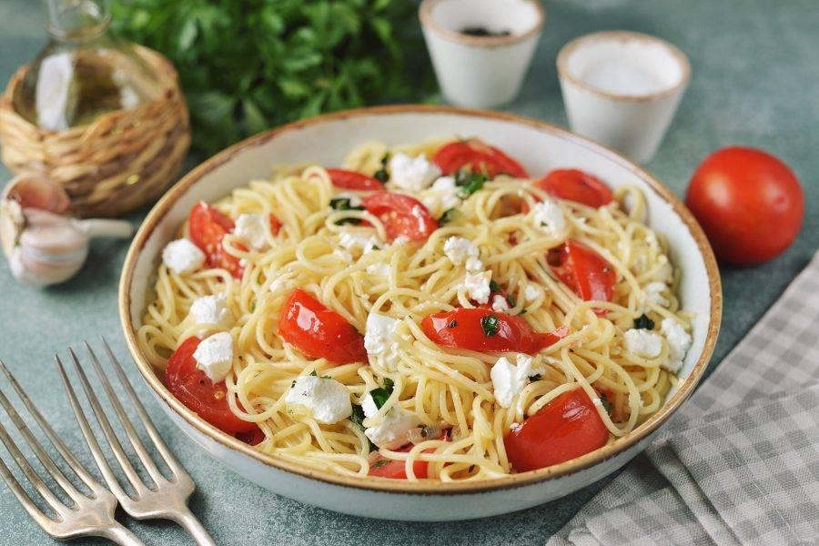 Теперь переложите спагетти в глубокую тарелку, покрошите сверху фету и еще раз аккуратно перемешайте.