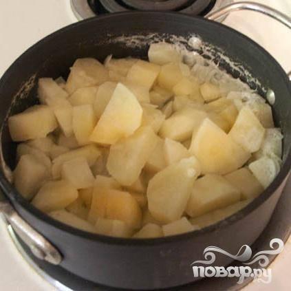 Теперь, доведите до кипения и готовьте в течении 15 минут, затем снимите с огня и слейте воду.