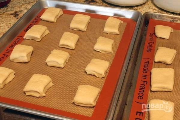 6. Переложите булочки на противень, оставьте их еще минут на 40.