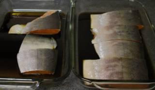 Лосось поместите в форму и полейте соусом. Поставьте в холодильник мариноваться.