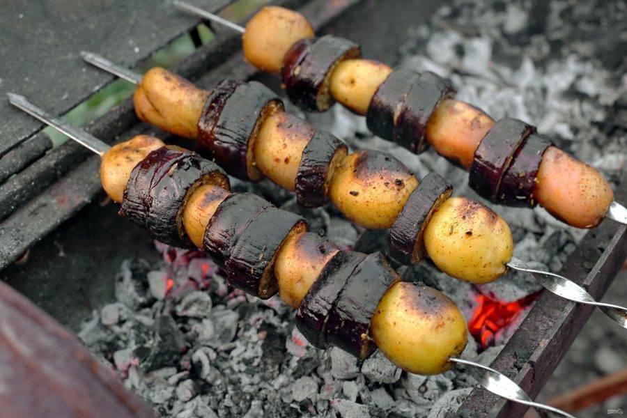 Шашлык из баклажанов на мангале готов.