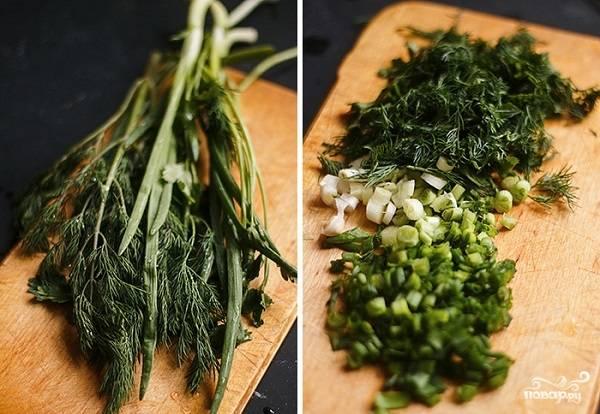 6. Вымойте, обсушите и измельчите свежую зелень. Если таковой не оказалось, тогда используйте в рецепт приготовления постного пирога с грибами сушеную.