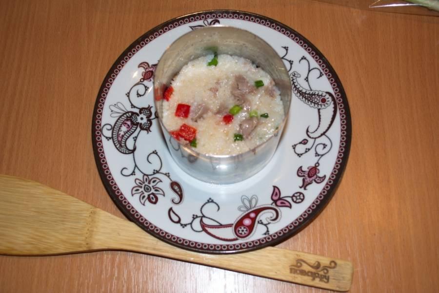 Соедините все продукты салата. Заправьте несколькими каплями растительного масла. Перемешайте. Поперчите и посолите. Выложите салат на тарелку.