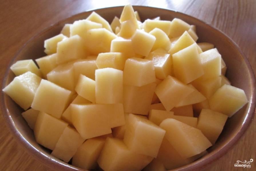 Картошку нарезаем кубиками.