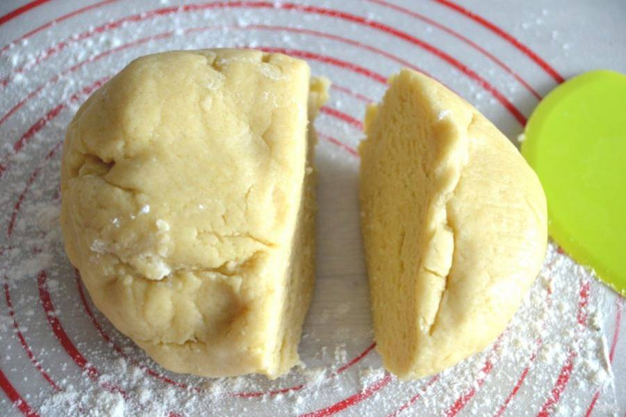 Разделите тесто на 2 неравные части.