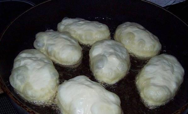 Пожарьте пирожки на растительном масле.
