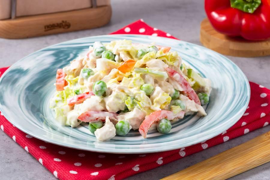 Салат с куриной грудкой и зеленым горошком