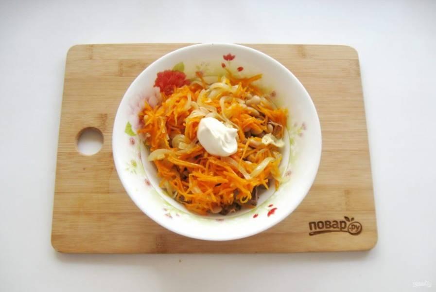 Салат посолите по вкусу, заправьте небольшим количеством майонеза.