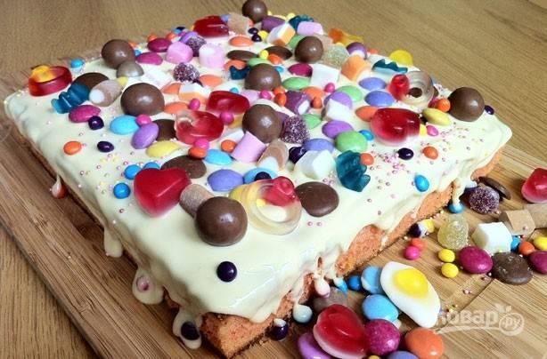 7.Украсьте торт сразу сладостями, а затем отправьте в холодильник для застывания шоколада. Приятного аппетита!