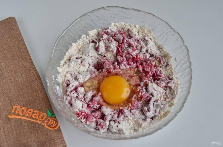 Добавьте сырое яйцо. Перемешайте на этот раз очень хорошо, чтобы масса была максимально однородной.