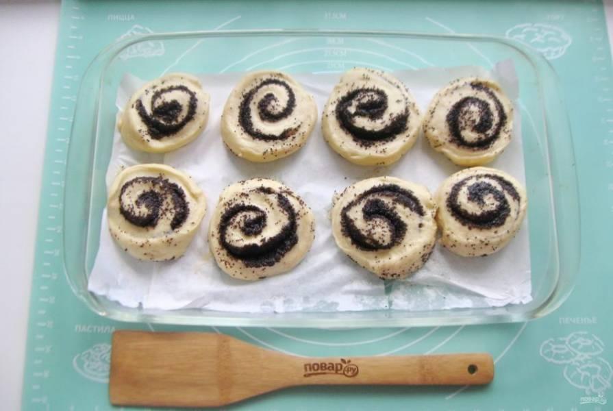 Сформируйте булочки и выложите в форму для выпечки. Дайте булочками постоять в тепле 25-30 минут. После смажьте яйцом и отправьте в духовку.