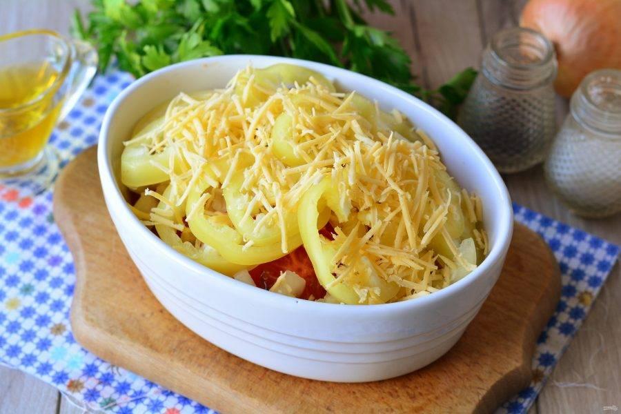 Присыпьте блюдо тертым сыром и поставьте в духовку запекаться при температуре 180-200 градусов.