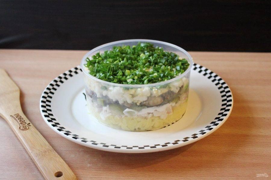 Выложите салат слоями в такой последовательности: картофель, отварная курица, маринованный огурец, жареные шампиньоны, вареные яйца.  Каждый слой смажьте майонезом. Зеленый лук мелко нарежьте и выложите поверх салата.
