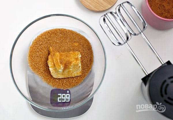 1. Сам процесс приготовления не вызовет особых трудностей даже у новичка на кухне. Для начала включите духовку на 180 градусов. А пока она разогревается, соедините сахар с размягченным сливочным масло и щепоткой соли. Взбейте все до однородности.