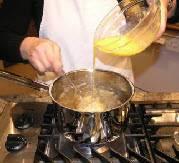 Закипятите бульон и медленно вливайте яичную смесь при этом быстро помешивай, разделяя смысь на комочки маленького размера. Подавать горячим добавив щепотку тёртого мускатного ореха (не обязательно)