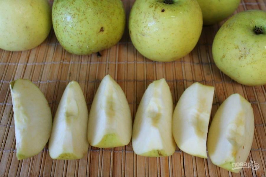 Яблоки разрезаем на дольки, сердцевину удаляем.