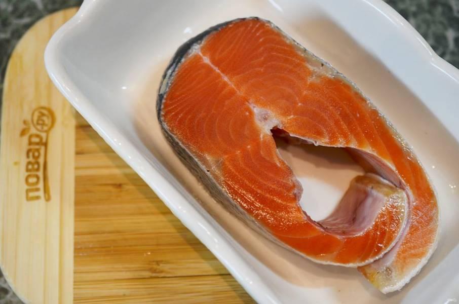 Стейк лосося разморозьте и выложите в форму для запекания.