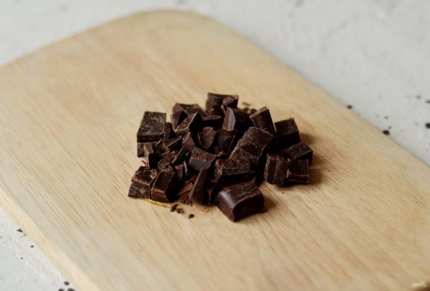 Шоколад измельчите на мелкие кусочки.