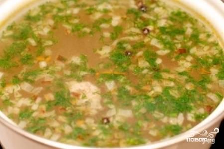 После этого добавьте в кастрюлю обжаренный лук, вермишель и зелень. Снимите суп с огня.