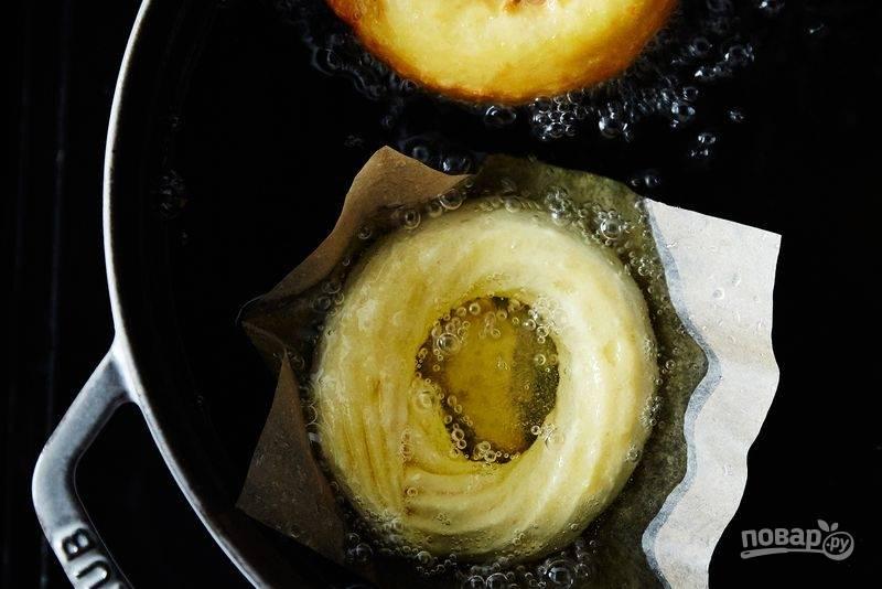 6. Очень хорошо разогрейте достаточное количество масла. Аккуратно опустите тесто вместе с бумагой.