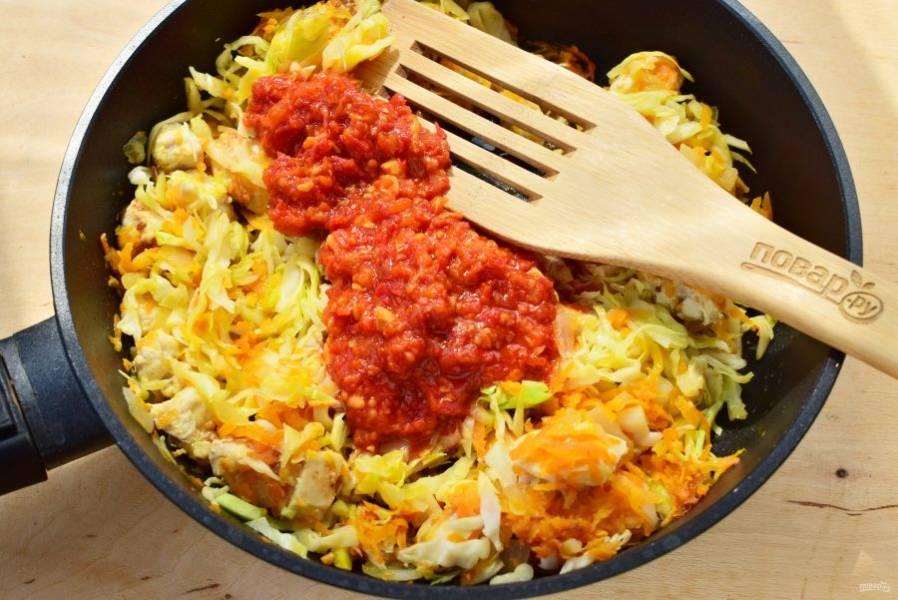 Добавьте мелко нашинкованную капусту, готовьте до мягкости. Соедините с томатным пюре из перетертых помидоров в собственном соку. Посолите и поперчите по вкусу, тушите в течение 2х минут.