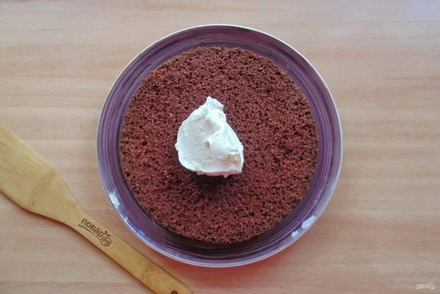 Готовый шоколадный корж достаньте из формы, охладите и разрежьте вдоль на три части. Каждую часть смажьте взбитыми сливками.