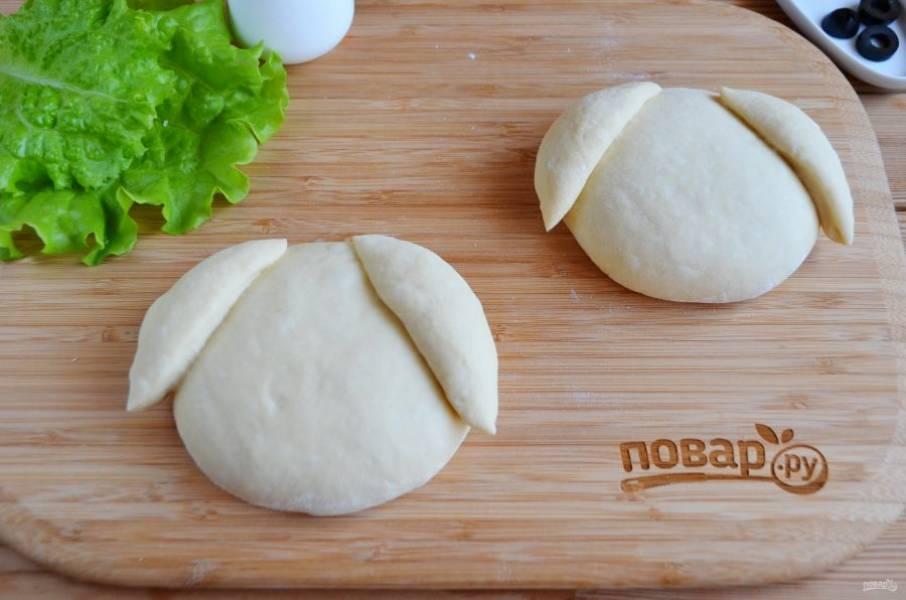 Положите ушки сверху на тесто.