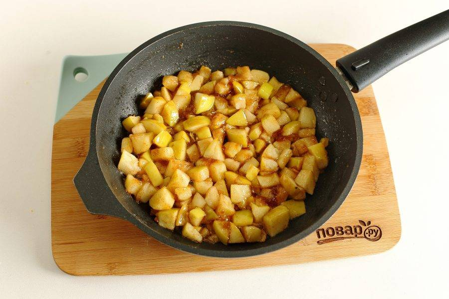 Тушите на среднем огне до мягкости яблок.