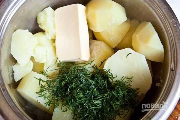 10. Слейте воду с картофеля. Добавьте в кастрюлю сливочное масло и зелень.