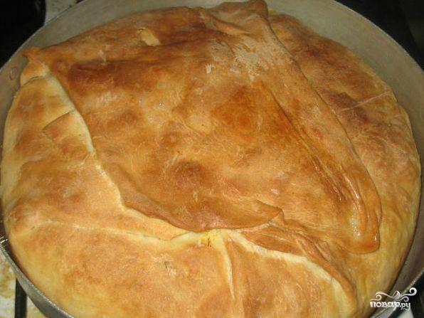Пирог-плов поставить в разогретую до 190 градусов духовку и выпекать до образования золотой корочки.