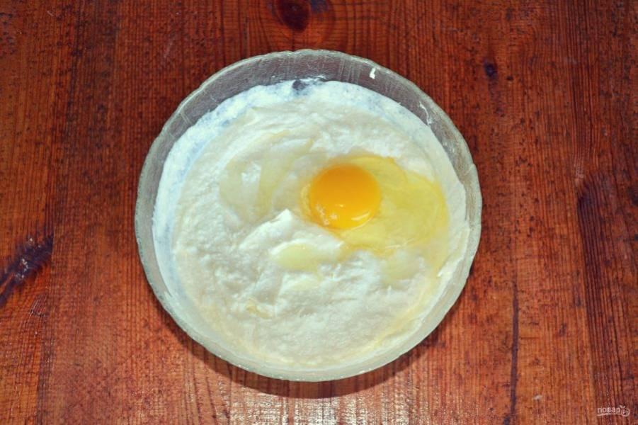 По одному введите яйца, продолжая взбивать.