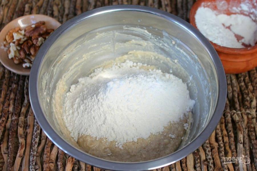 Насыпаем муку и разрыхлитель теста, замешиваем тесто. Муку нужно насыпать порциями и в процессе корректировать ее количество. Тесто получается мягким, но не растекается.