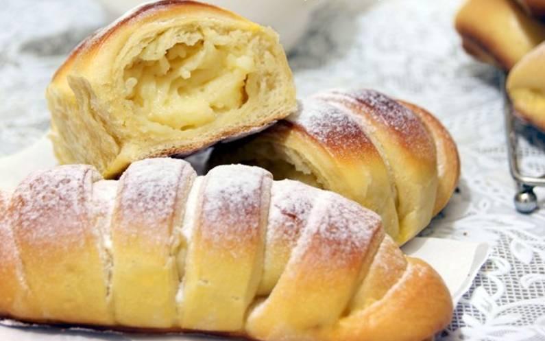 Готовые булочки посыпаем сахарной пудрой. Приятного аппетита!